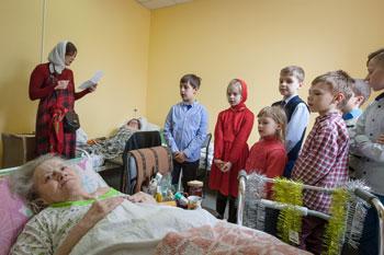 Посещение учениками Воскресной школы Николо-Берлюковской пустыни Ямкинской больницы на Пасху